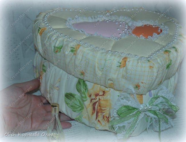Здравствуйте. Хочу показать, как я при помощи ткани, пенопласта, синтепона, клея и разных украшалок преобразила совершенно обычную коробку хоть и необычной формы -  формы сердца. В этой коробке будет лежать подарок для дорогого человека, поэтому хотелось при помощи нежных оттенков ткани, множества складочек, сердечек, кружева и полубусин добавить упаковке  уюта, мягкости и красоты. А после эту коробку можно будет использовать для хранения всевозможных вещей. фото 7