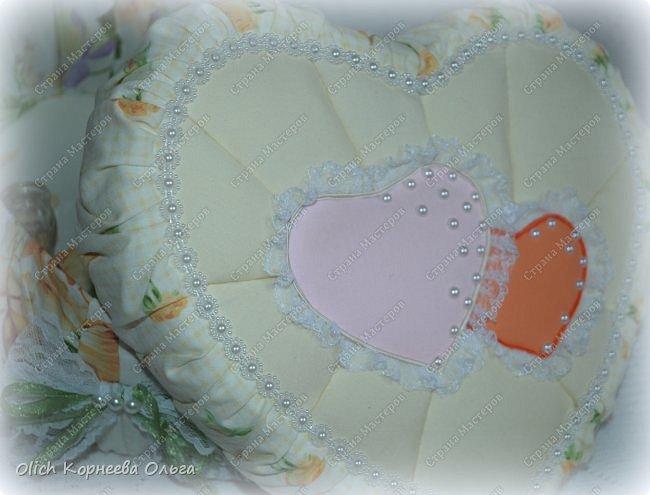 Здравствуйте. Хочу показать, как я при помощи ткани, пенопласта, синтепона, клея и разных украшалок преобразила совершенно обычную коробку хоть и необычной формы -  формы сердца. В этой коробке будет лежать подарок для дорогого человека, поэтому хотелось при помощи нежных оттенков ткани, множества складочек, сердечек, кружева и полубусин добавить упаковке  уюта, мягкости и красоты. А после эту коробку можно будет использовать для хранения всевозможных вещей. фото 5