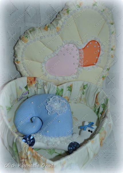 Здравствуйте. Хочу показать, как я при помощи ткани, пенопласта, синтепона, клея и разных украшалок преобразила совершенно обычную коробку хоть и необычной формы -  формы сердца. В этой коробке будет лежать подарок для дорогого человека, поэтому хотелось при помощи нежных оттенков ткани, множества складочек, сердечек, кружева и полубусин добавить упаковке  уюта, мягкости и красоты. А после эту коробку можно будет использовать для хранения всевозможных вещей. фото 40