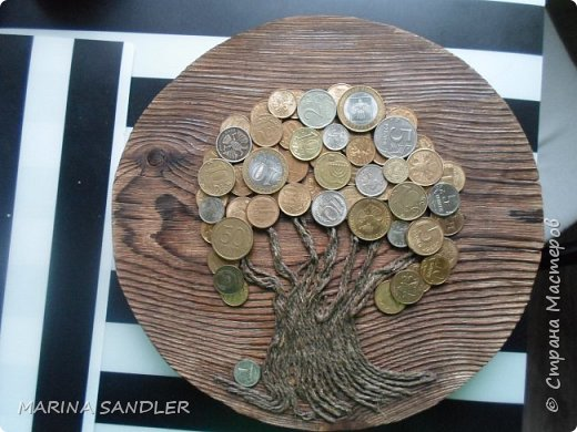 Здравствуйте, друзья! Выпилила круг из сосновой доски, потом как обычно : обжиг, браш; Ствол -джутовый шпагат, монетки. фото 1