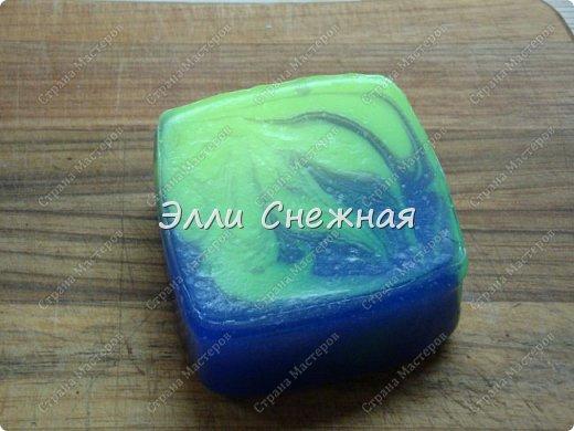 """Сегодня мы с вами сделаем мыло со свирлами. Можно сделать сразу несколько одинаковых мылец с похожим рисунком, если отлить мыльце в виде бруска, а потом разрезать на """"порции"""". фото 12"""