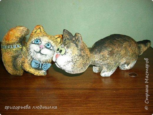 Увидела в магазине кота из шамотной глины и влюбилась. Купила, пересмотрела в интернете кучу картинок и решила попробовать сделать похожее из соленого теста. Вот что получилсь. В центре настоящий. фото 6