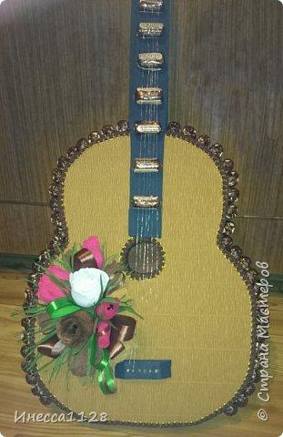 Гитару делала на день рождения (по мастер-классу из интернета, не помню чей именно). Это фото из процесса изготовления. Я совсем забыла сфотографировать ее в нормально виде.  Но тут тоже видно основные моменты. Основа гитары сделана из пеноплекса. фото 1