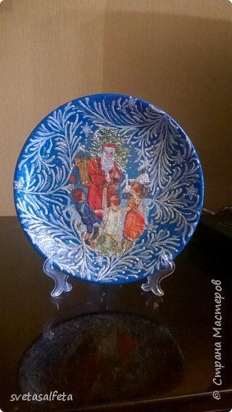 Эту тарелку делала  к Новому году.Тарелка керамика,прямой декупаж салфетки и роспись  акриловыми красками и серебряными глитерами фото 1