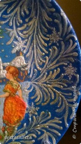 Эту тарелку делала  к Новому году.Тарелка керамика,прямой декупаж салфетки и роспись  акриловыми красками и серебряными глитерами фото 3
