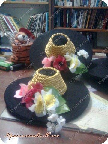 Вот такие шляпки были сделаны для хореографической студии. В работе использована чёрная ткань(трикотаж, можно фетр,но тонкий),картон,желательно не мягкий, чтоб после склеивания деталей держал форму и не мялся. Шнур и искусственные цветы