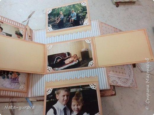"""Всем пользователям этого замечательного сайта доброго времени суток. Благодаря мастерам- рукодельникам """"Страны Мастеров"""" у меня зародилась идея создать ко дню рождения самого дорогого мне человека - маме фотоальбом. Вот такой сундучок, в котором будет храниться подарочный фотоальбом, был мной сделан в подарок на день рождения. Размер сундучка 27*27 (размер альбома 25*25), отделка кожзам, на обложке собственноручно изготовленный миниатюрный фотоаппарат, кружево, цветы, бабочки, уголки альбома во избежании потрепанности закрыла металлическими уголочками. фото 18"""