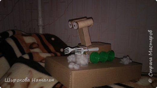 Добрый день)) Дочке в садик нужно было сделать поделку на день космонавтики. Как обычно начала что-то делать сама. Но дочь потянула к себе картон и клей... И вот что у нее получилось. Говорит, что это Валл-И фото 1