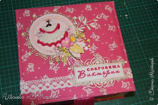 Новая коробочка для девочки Виктории. Мамочке очень хотелось чтоб коробочку украшало маленькое платьице. Обложка 21/22/6,5 см, основа - переплётный картон, синтепон, ткань (типа джинс), кружево, чипборд, вырубки, тычинки, цветочки фото 1