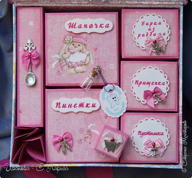 Новая коробочка для девочки Виктории. Мамочке очень хотелось чтоб коробочку украшало маленькое платьице. Обложка 21/22/6,5 см, основа - переплётный картон, синтепон, ткань (типа джинс), кружево, чипборд, вырубки, тычинки, цветочки фото 4