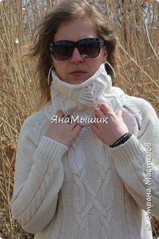 Здравствуйте, уважаемые соседи по стране! Вот такой маленький снуд я связала к своему зимнему платью. У платья нет воротника, поэтому мне приходилось надевать шарфы, платки... Проблема решена! Связан круговыми спицами. фото 2