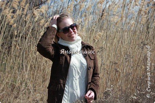 Здравствуйте, уважаемые соседи по стране! Вот такой маленький снуд я связала к своему зимнему платью. У платья нет воротника, поэтому мне приходилось надевать шарфы, платки... Проблема решена! Связан круговыми спицами. фото 3