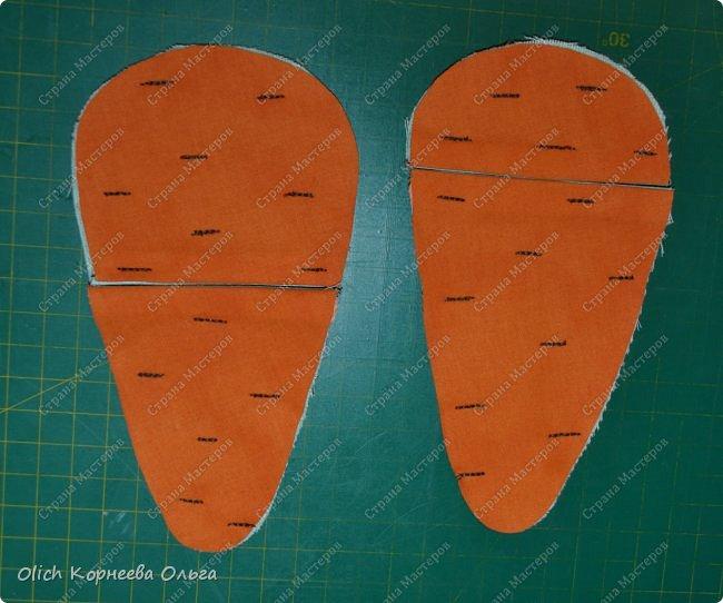 Здравствуйте. Недавно у меня появился набор из двух ножниц для рукоделия в виде цапель.  Давно хотелось иметь такую красоту. Конечно и обычные ножницы режут не хуже, а то и лучше. Но, согласитесь,  красивыми вещами и работать приятно, глянул на них и вдохновился на новую работу. А вот продавалась такая красота без чехла, простая одноразовая упаковка. И мне захотелось для красивых ножниц придумать чехол и красивый, и удобный, и вмещающий две пары. Так и родилась идея чехла для ножниц в виде морковки. фото 12