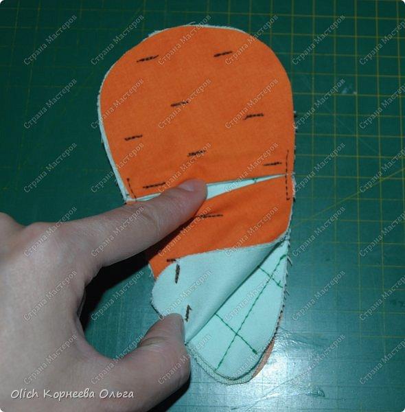 Здравствуйте. Недавно у меня появился набор из двух ножниц для рукоделия в виде цапель.  Давно хотелось иметь такую красоту. Конечно и обычные ножницы режут не хуже, а то и лучше. Но, согласитесь,  красивыми вещами и работать приятно, глянул на них и вдохновился на новую работу. А вот продавалась такая красота без чехла, простая одноразовая упаковка. И мне захотелось для красивых ножниц придумать чехол и красивый, и удобный, и вмещающий две пары. Так и родилась идея чехла для ножниц в виде морковки. фото 13