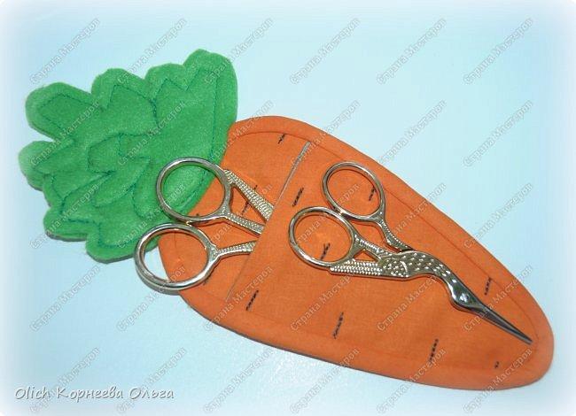 Здравствуйте. Недавно у меня появился набор из двух ножниц для рукоделия в виде цапель.  Давно хотелось иметь такую красоту. Конечно и обычные ножницы режут не хуже, а то и лучше. Но, согласитесь,  красивыми вещами и работать приятно, глянул на них и вдохновился на новую работу. А вот продавалась такая красота без чехла, простая одноразовая упаковка. И мне захотелось для красивых ножниц придумать чехол и красивый, и удобный, и вмещающий две пары. Так и родилась идея чехла для ножниц в виде морковки. фото 1