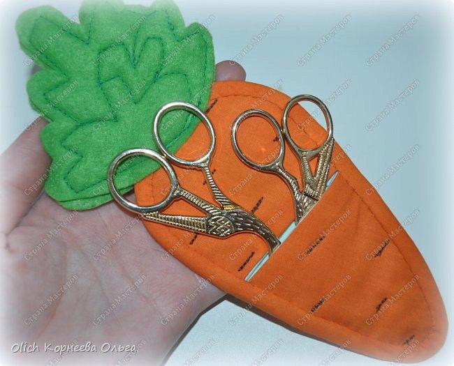Здравствуйте. Недавно у меня появился набор из двух ножниц для рукоделия в виде цапель.  Давно хотелось иметь такую красоту. Конечно и обычные ножницы режут не хуже, а то и лучше. Но, согласитесь,  красивыми вещами и работать приятно, глянул на них и вдохновился на новую работу. А вот продавалась такая красота без чехла, простая одноразовая упаковка. И мне захотелось для красивых ножниц придумать чехол и красивый, и удобный, и вмещающий две пары. Так и родилась идея чехла для ножниц в виде морковки. фото 2