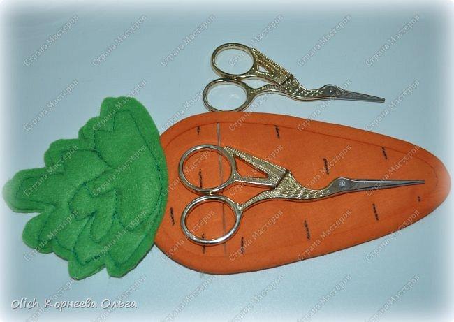 Здравствуйте. Недавно у меня появился набор из двух ножниц для рукоделия в виде цапель.  Давно хотелось иметь такую красоту. Конечно и обычные ножницы режут не хуже, а то и лучше. Но, согласитесь,  красивыми вещами и работать приятно, глянул на них и вдохновился на новую работу. А вот продавалась такая красота без чехла, простая одноразовая упаковка. И мне захотелось для красивых ножниц придумать чехол и красивый, и удобный, и вмещающий две пары. Так и родилась идея чехла для ножниц в виде морковки. фото 24