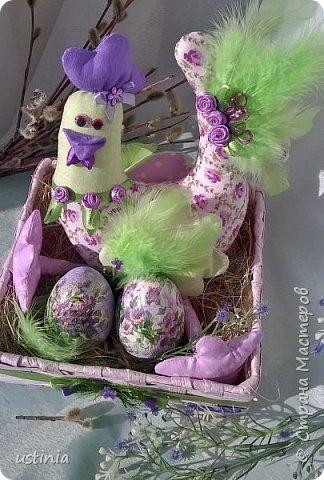 Сшилась у меня на скорую руку вот такая поделочка для детского сада!!!  Курочка из ткани.яйца из папье маше, высушены в контейнере от киндер сюрприза.. Покрашены и задекупажены фрагментами от салфеточки... фото 1