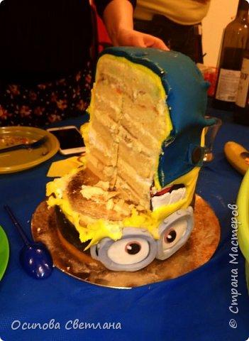 Привет, Страна Мастеров)  Очередной тортик, который делала на работу)  В этом году, на свой День Рождения я выбрала тему Миньонов. Хотя не смотрела этот мультфильм и не знала кто это) Но тема мне понравилась, она яркая и запоминающаяся. В итоге, вот что получилось)))  Сам тортик) Еле его донесла, он оказался очень тяжелым) фото 8