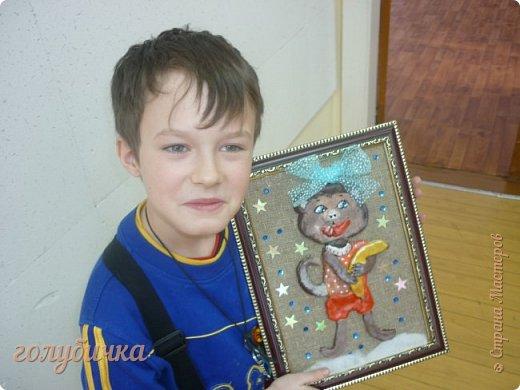 Эти поделки мы с ребятами сделали на выставку в нашем Доме детского творчества. В ход шло не только соленое тесто, но и макароны, потолочная плитка, пайетки и многое - многое другое! Этот рождественский сапожок выполнен из соленого теста. фото 2