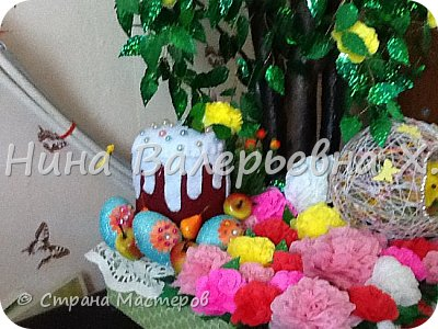 Всем привет! Моя новая работа на пасхальную тематику)дерево с розами выполнено из проволоки и паеток. Ствол из настоящих веток и пластиковых веток, покрашенных обувной краской из баллончика. Гнездо из ниток ирис и клея пва. Кулич сшит из фетра и украшен полубусинами) немного декоративных фруктов, яиц, цыплят и сизаля) ну и мои любимые розочки из крепированной( гофрированной) бумаги. С наступающим праздником всех) надеюсь моя работа кого-то вдохновит) фото 3