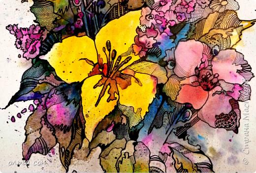Попробовала сделать что-то новое для себя))). Размер картинки примерно 40х60, бумага пол ватмана натянута на деревянный планшетик. Акварельными заливками и набрызгом сделала букет цветов, а украсила элементами зентангла.  Использовала краски акриловые,краску- спрей золотого цвета, чёрный маркер и гелевую ручку. Вот что получилось у меня. Интересная техника, хочется сделать ещё что-нибудь в этом духе).  фото 2