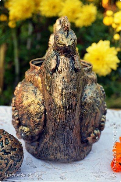 Здравствуйте, доброго дня! Сегодня к каменной и серебряной курочке добавилась бронзовая подружка, теперь все птички в сборе, и каждая со своим яйцом-сюрпризом. Это изделие выполнено полностью в технике папье-маше, никакой росписи разведенной  шпатлевкой нет, но тем не менее выглядит очень декоративно. фото 11