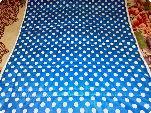 Вот такое мальчуковое одеялко сшилось в подарок, родился у моей подруги долгожданный первый внучок, вообще самый первый, единственный. Горохи рулят!!! И квадраты с рисунками мне очень нравятся, и ткань отличная! фото 2