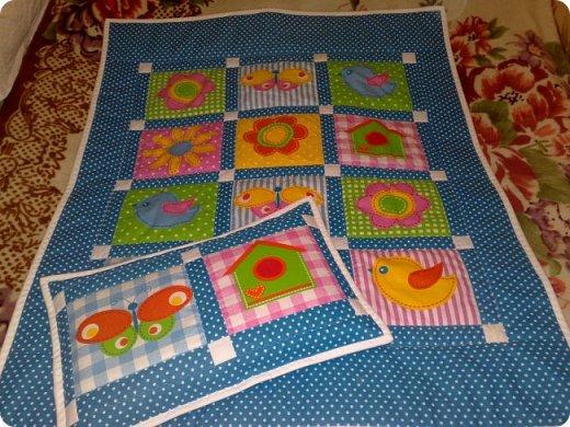 Вот такое мальчуковое одеялко сшилось в подарок, родился у моей подруги долгожданный первый внучок, вообще самый первый, единственный. Горохи рулят!!! И квадраты с рисунками мне очень нравятся, и ткань отличная! фото 3