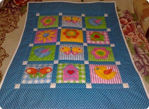 Вот такое мальчуковое одеялко сшилось в подарок, родился у моей подруги долгожданный первый внучок, вообще самый первый, единственный. Горохи рулят!!! И квадраты с рисунками мне очень нравятся, и ткань отличная! фото 1