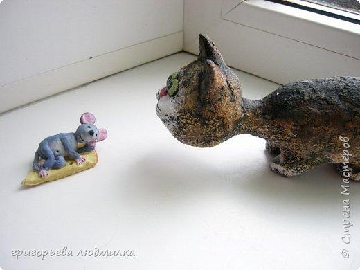 Увидела в магазине кота из шамотной глины и влюбилась. Купила, пересмотрела в интернете кучу картинок и решила попробовать сделать похожее из соленого теста. Вот что получилсь. В центре настоящий. фото 7