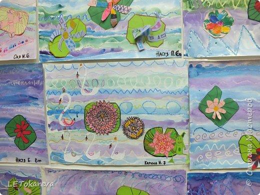 """Здравствуйте! А у нас сегодня голубые озёра. Работы выполняли старшие дошкольники. (Ватман а-3) Сначала мы рисовали воду в озере масляной пастелью - """"волны"""" и акварелью.  А затем """"заселяли"""" его растениями (кувшинками). Но ребята пошли дальше: они добавляли стрекоз, птиц, рыб и т. п. Нам с ребятами очень понравились эти работы.  Я потом видела в интернете  круглые озёра: тоже интересная идея, надо попробовать! фото 3"""