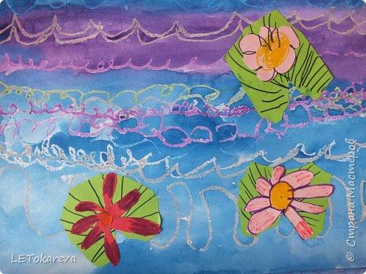 """Здравствуйте! А у нас сегодня голубые озёра. Работы выполняли старшие дошкольники. (Ватман а-3) Сначала мы рисовали воду в озере масляной пастелью - """"волны"""" и акварелью.  А затем """"заселяли"""" его растениями (кувшинками). Но ребята пошли дальше: они добавляли стрекоз, птиц, рыб и т. п. Нам с ребятами очень понравились эти работы.  Я потом видела в интернете  круглые озёра: тоже интересная идея, надо попробовать! фото 6"""