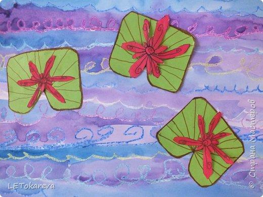 """Здравствуйте! А у нас сегодня голубые озёра. Работы выполняли старшие дошкольники. (Ватман а-3) Сначала мы рисовали воду в озере масляной пастелью - """"волны"""" и акварелью.  А затем """"заселяли"""" его растениями (кувшинками). Но ребята пошли дальше: они добавляли стрекоз, птиц, рыб и т. п. Нам с ребятами очень понравились эти работы.  Я потом видела в интернете  круглые озёра: тоже интересная идея, надо попробовать! фото 7"""