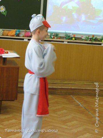 """Всем,здравствуйте!У нас в школе проходил фестиваль""""Народы Поволжья"""".Классы представляли национальности ,живущие у нас,в Поволжье. Наш класс представлял Украину.Костюмы делали сами,так как готовых мы не нашли.Веночки получились очень яркие и красивые. фото 24"""