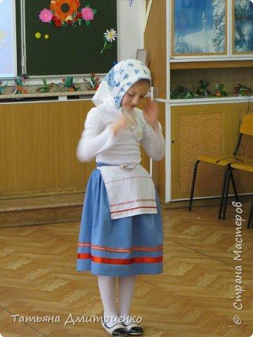 """Всем,здравствуйте!У нас в школе проходил фестиваль""""Народы Поволжья"""".Классы представляли национальности ,живущие у нас,в Поволжье. Наш класс представлял Украину.Костюмы делали сами,так как готовых мы не нашли.Веночки получились очень яркие и красивые. фото 23"""