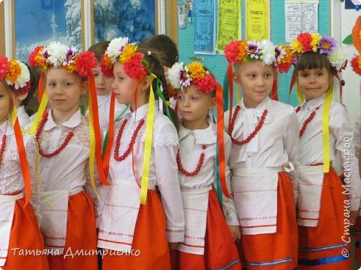 """Всем,здравствуйте!У нас в школе проходил фестиваль""""Народы Поволжья"""".Классы представляли национальности ,живущие у нас,в Поволжье. Наш класс представлял Украину.Костюмы делали сами,так как готовых мы не нашли.Веночки получились очень яркие и красивые. фото 26"""