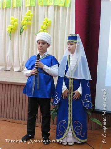 """Всем,здравствуйте!У нас в школе проходил фестиваль""""Народы Поволжья"""".Классы представляли национальности ,живущие у нас,в Поволжье. Наш класс представлял Украину.Костюмы делали сами,так как готовых мы не нашли.Веночки получились очень яркие и красивые. фото 30"""