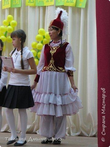"""Всем,здравствуйте!У нас в школе проходил фестиваль""""Народы Поволжья"""".Классы представляли национальности ,живущие у нас,в Поволжье. Наш класс представлял Украину.Костюмы делали сами,так как готовых мы не нашли.Веночки получились очень яркие и красивые. фото 34"""
