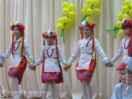 """Всем,здравствуйте!У нас в школе проходил фестиваль""""Народы Поволжья"""".Классы представляли национальности ,живущие у нас,в Поволжье. Наш класс представлял Украину.Костюмы делали сами,так как готовых мы не нашли.Веночки получились очень яркие и красивые. фото 20"""