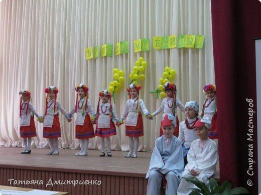 """Всем,здравствуйте!У нас в школе проходил фестиваль""""Народы Поволжья"""".Классы представляли национальности ,живущие у нас,в Поволжье. Наш класс представлял Украину.Костюмы делали сами,так как готовых мы не нашли.Веночки получились очень яркие и красивые. фото 21"""
