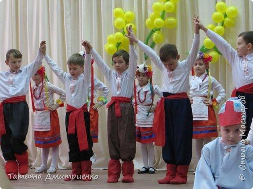 """Всем,здравствуйте!У нас в школе проходил фестиваль""""Народы Поволжья"""".Классы представляли национальности ,живущие у нас,в Поволжье. Наш класс представлял Украину.Костюмы делали сами,так как готовых мы не нашли.Веночки получились очень яркие и красивые. фото 22"""