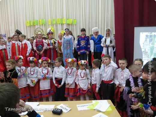 """Всем,здравствуйте!У нас в школе проходил фестиваль""""Народы Поволжья"""".Классы представляли национальности ,живущие у нас,в Поволжье. Наш класс представлял Украину.Костюмы делали сами,так как готовых мы не нашли.Веночки получились очень яркие и красивые. фото 42"""