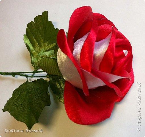 Роза канзаши из атласной ленты с двухцветными лепестками