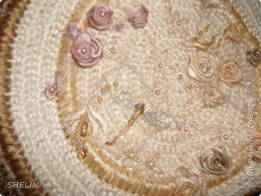 Сумочка, связана крючком из атласных лент (лента 12 мм), вышивка бисером, бусинами, листья из замшевой ленточки фото 2