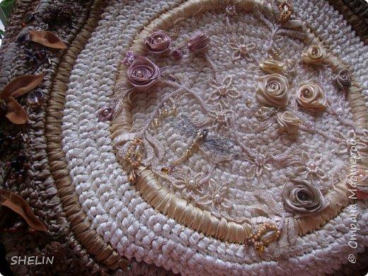 Сумочка, связана крючком из атласных лент (лента 12 мм), вышивка бисером, бусинами, листья из замшевой ленточки фото 3