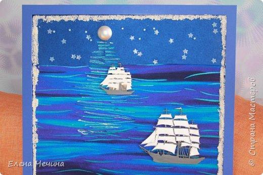 Всё началось с того, что на глаза мне попался отрезок ткани, рисунок которой напоминал волны.И фантазия заработала. Захотелось морской тематики и чего-нибудь необычного. Материал самый различный. Деревянные кораблики, камушки, ракушки, песок, наклейки, бусины. Казалось бы совсем несовместимые вещи. А как долго я искала луну. И вот что вышло. Не знаю понравится ли Вам...но мне глаз радует. фото 3