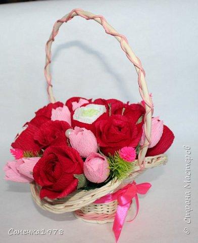 """Корзинка чайных роз ,тюльпанов и ранункулюсов. В составе конфеты """"Осенний вальс"""" , """"Тирамису"""", """"Шок-Манже"""" ,""""Кокосовый пудинг"""" ,декор и флористический материал.  фото 5"""