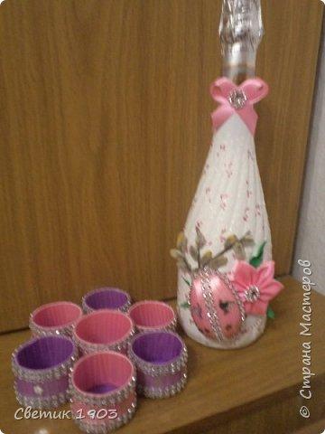 Сделала сегодня небольшой подарок на праздник. Набор состоит из бутылочки и подставочки под яйца. Яйцо на бутылке- половина пластмассового яйца, оклеила лентами.   фото 1