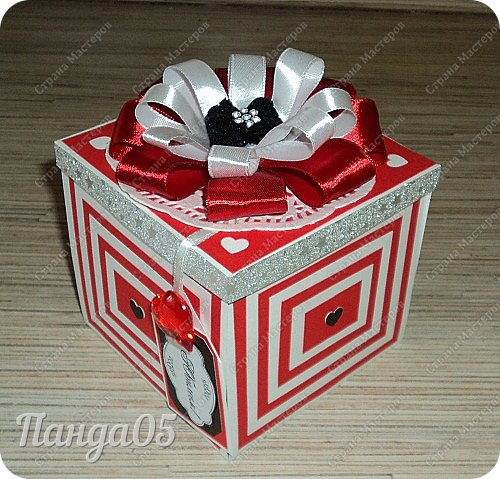 """Поступил мне заказ на очередную красную туфельку.приглянулись они почему то женщинам))) На этот раз Magic Box к тридцатилетнему юбилею невестки. Пожелание было одно - красный цвет...Но уже 2 красные я делала,неинтересно))) Решила добавить черного для разнообразия.Ведь сочетание белое-красное-черное это известная классика..Название коробочки дала по Стендалю - """"Красное и черное"""")) фото 1"""